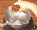 水6カップを火にかけ、温まってきて、鍋肌に気泡が出てきたら(80℃くらい)混合けずりを入れます。